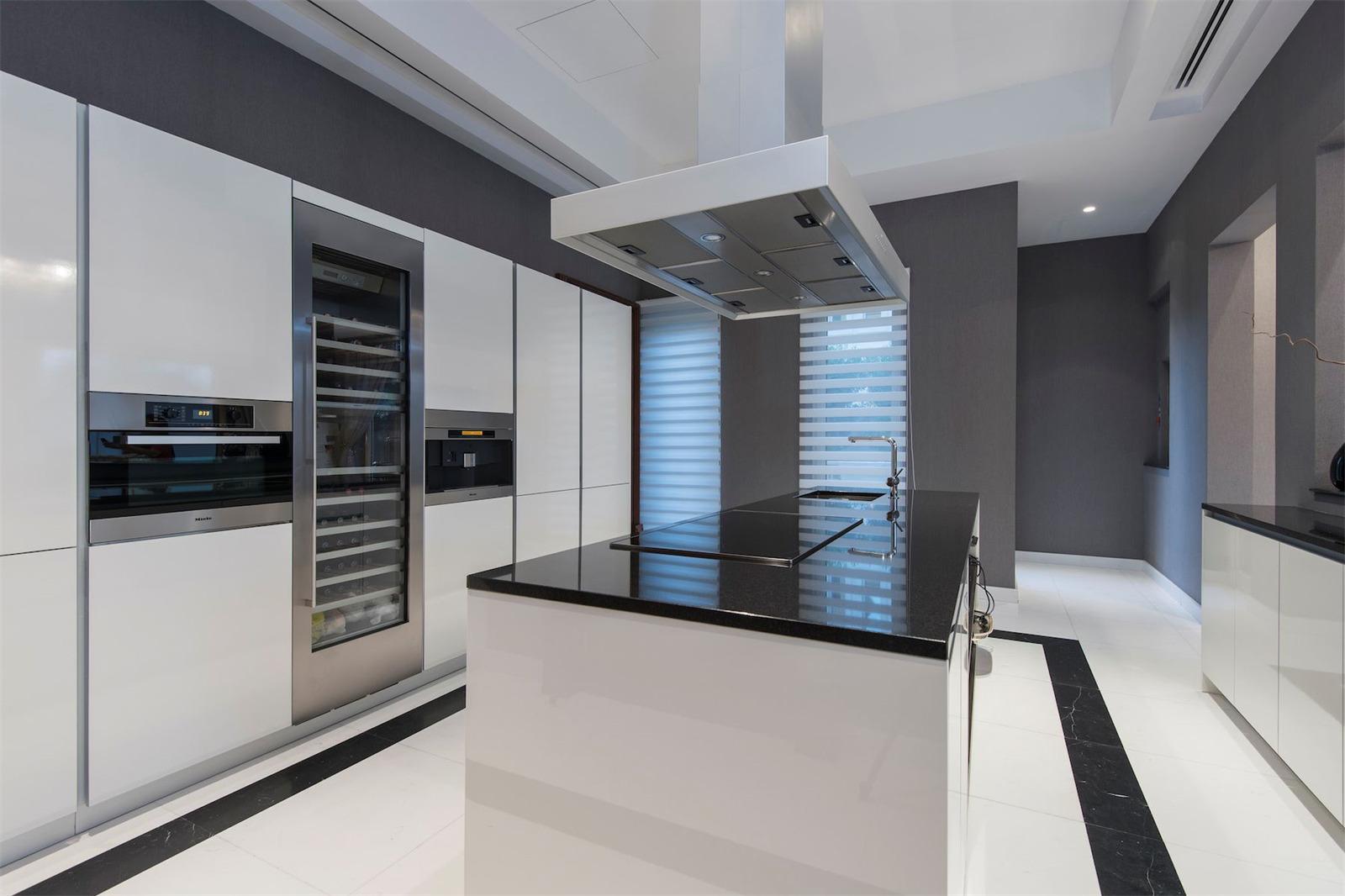 A modern kitchen dream © Gulf Sotheby's
