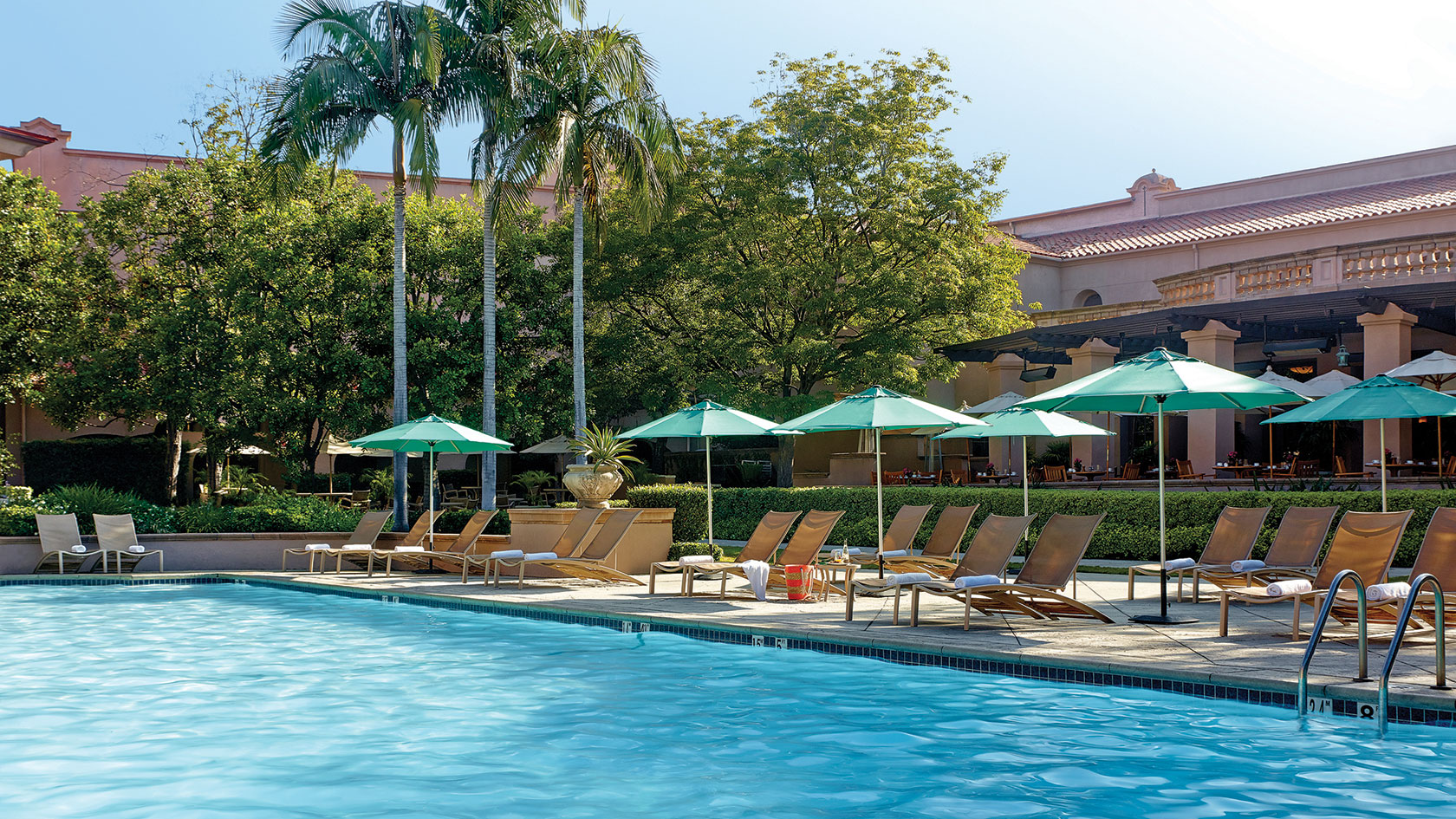 Relax by the pool and enjoy the Californian sun © Langham