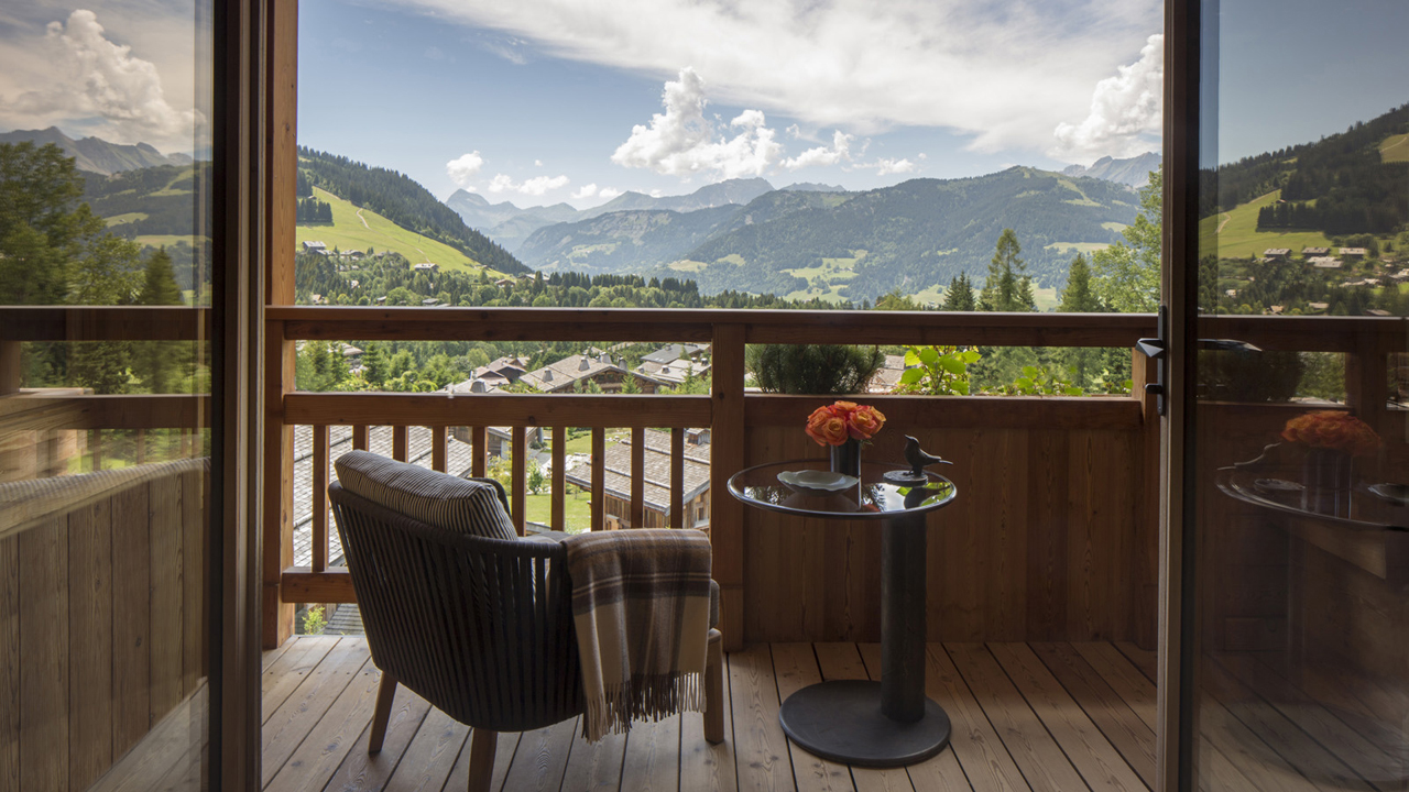 Endless views from the terrace overlooking the Alpine panorama © Four Seasons